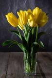 Boeket van mooie verse gele tulpen in dauw op donkere achtergrond royalty-vrije stock foto's