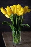 Boeket van mooie verse gele tulpen in dauw op donkere achtergrond royalty-vrije stock foto