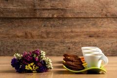 Boeket van multicoloured bloemen en drie koffie royalty-vrije stock foto