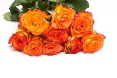 Boeket van oranje die rozen op witte achtergrond worden geïsoleerd stock fotografie