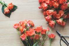Boeket van oranje rozen op houten raad Hoogste mening De ruimte van het exemplaar Het maken van een boeket Stock Foto
