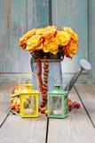 Boeket van oranje rozen in zilveren gieter Royalty-vrije Stock Foto