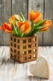 Boeket van oranje tulpen en hart royalty-vrije stock foto's