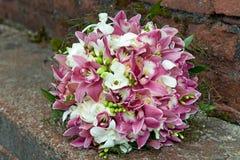 Boeket van orchideeën, rozen, irissen en andere bloemen op een natuurlijke achtergrond Royalty-vrije Stock Afbeeldingen