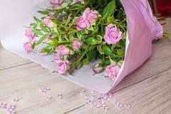 Boeket van purpere die rozen met glasdalingen worden verfraaid Stock Foto