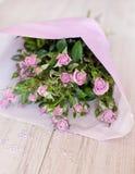 Boeket van purpere rozen die met glasdalingen worden verfraaid Stock Foto's