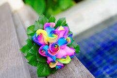 Boeket van regenboog gekleurde rozen royalty-vrije stock foto's