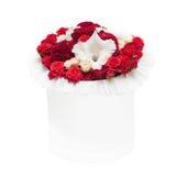 Boeket van rode die bloemen in de doos op witte achtergrond wordt geïsoleerd Royalty-vrije Stock Fotografie