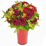 Boeket van rode die rozen en gerberas in vaas op wit wordt geïsoleerdo Stock Afbeeldingen