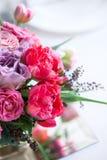 Boeket van rode en roze rozen en tulpen Stock Afbeeldingen