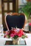 Boeket van rode en roze rozen en tulpen Royalty-vrije Stock Afbeeldingen