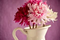 Boeket van rode, roze en witte bloemen in een witmetaalvaas Royalty-vrije Stock Afbeeldingen