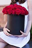 Boeket van rode rozen in een doos Royalty-vrije Stock Afbeeldingen