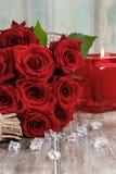 Boeket van rode rozen op houten lijst Stock Foto's