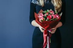 Boeket van rode tulpen in girshanden unrecognisable royalty-vrije stock foto's