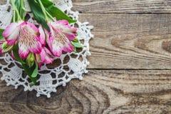 Boeket van roze bloemen van Alstroemeria op houten achtergrond royalty-vrije stock fotografie