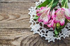 Boeket van roze bloemen van Alstroemeria op houten achtergrond stock foto's