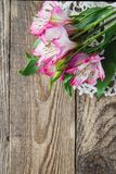 Boeket van roze bloemen van Alstroemeria op houten achtergrond stock foto