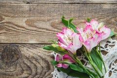 Boeket van roze bloemen van Alstroemeria op houten achtergrond royalty-vrije stock afbeeldingen