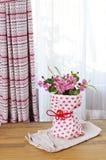 Boeket van roze bloemen op een lijst Stock Afbeeldingen