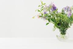 Boeket van roze bloemen in vaas op witte lijst Lege ruimte voor tekst De idylle van de zomer Royalty-vrije Stock Afbeelding