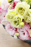 Boeket van roze en gele eustomabloemen Stock Foto