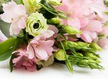 Boeket van roze en groene bloemen stock fotografie