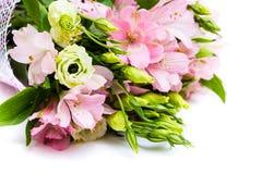 Boeket van roze en groene bloemen stock foto's
