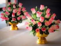 Boeket van roze kunstbloemen op gouden kleurendienblad met voetstuk Royalty-vrije Stock Foto's