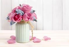 Boeket van roze rozen en blauwe muscaribloem (Druivenhyacint) royalty-vrije stock fotografie