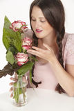 Boeket van roze rozen en donkerbruine jonge vrouw met vlechten Royalty-vrije Stock Foto's