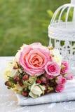Boeket van roze rozen en uitstekende witte vogelkooi Stock Afbeelding