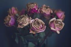 Boeket van Roze Rozen in Glasvaas binnen voor Teal Blue Wall Stock Afbeeldingen