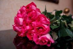 Boeket van roze rozen op de lijst de nadruk op eerste nam toe Stock Afbeeldingen