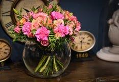 Boeket van roze rozen op een blauwe muur als achtergrond met uitstekend CLO royalty-vrije stock foto