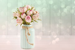 Boeket van roze rozen in turkooise ceramische vaas royalty-vrije stock afbeeldingen