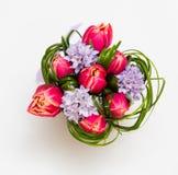 Boeket van roze tulpen en gras stock foto's