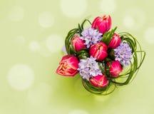 Boeket van roze tulpen en gras op groene achtergrond stock afbeelding