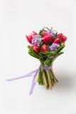 Boeket van roze tulpen en gras op groene achtergrond stock afbeeldingen
