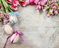 Boeket van roze tulpen en paaseieren stock afbeeldingen
