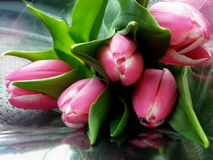 Boeket van roze tulpen op de lijst Stock Afbeeldingen