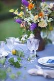 Boeket van roze, violette en gele die bloemen op een lijst voor Di wordt geplaatst Stock Afbeelding