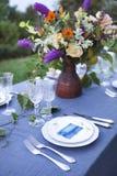Boeket van roze, violette en gele die bloemen op een lijst voor Di wordt geplaatst Royalty-vrije Stock Afbeeldingen