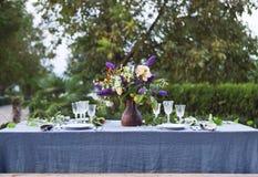 Boeket van roze, violette en gele die bloemen op een lijst voor Di wordt geplaatst Stock Afbeeldingen