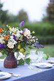 Boeket van roze, violette en gele die bloemen op een lijst voor Di wordt geplaatst Royalty-vrije Stock Foto's