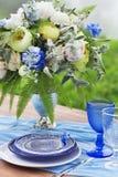 Boeket van roze, violette en gele die bloemen op een lijst voor Di wordt geplaatst Royalty-vrije Stock Afbeelding