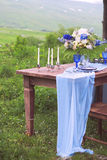 Boeket van roze, violette en gele die bloemen op een lijst voor Di wordt geplaatst Stock Foto