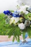Boeket van roze, violette en gele die bloemen op een lijst voor Di wordt geplaatst Stock Foto's