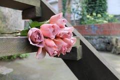Boeket van rozen De koffie van ranglatte Stock Afbeelding
