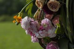 Boeket van rozen en andere bloemen op een vage achtergrond stock fotografie